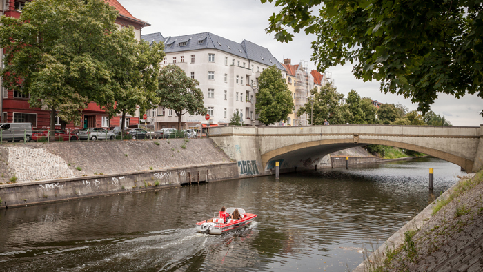 A boat passing by on the Neuköllner Schiffahrtskanal in Berlin