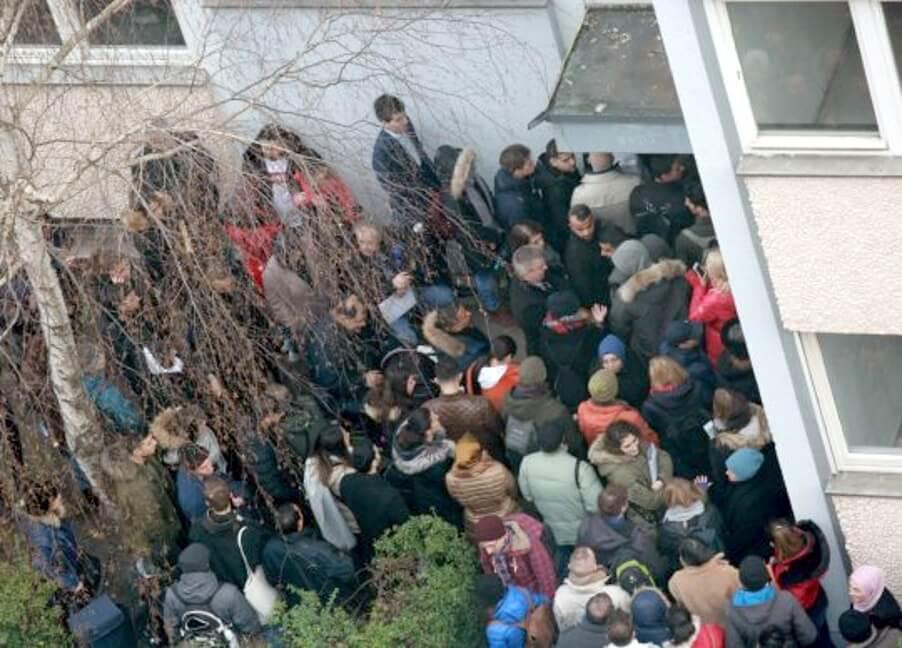 מאות אנשים הופיעו להצגת הדירה הזו בברלין